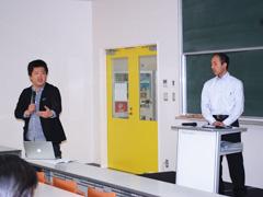 山川俊和准教授との討論の様子