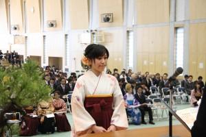 学長より学位記を受け取る経済学科総代  田畑聡子さん