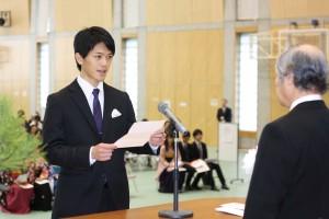 出発(たびだち)のことばを述べる卒業生総代宮本顕嘉さん