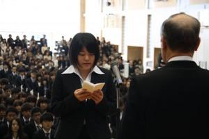 学部生代表で誓いの言葉を述べる原谷美里さん
