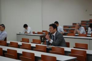 川野祐二 教授との討論の様子