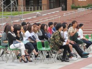 ステージを見る学生