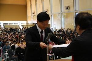 同窓会表彰を受ける 岡本和樹 さん