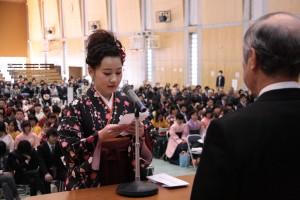 卒業生代表謝辞を述べる公共マネジメント学科 田和彩花 さん