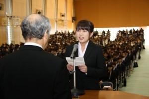 学部生代表で宣誓する 平岡陽香 さん