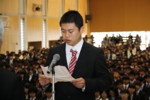 大学院生代表で宣誓する 周伝龍 さん