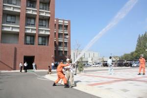 屋内消火栓による放水訓練