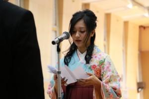 謝辞を述べる卒業生代表経済学科 藤本 美帆  さん