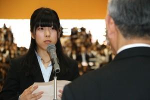 学部生代表で宣誓する 有村 遥香 さん
