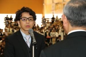 大学院生代表で宣誓する 王 海飛 さん