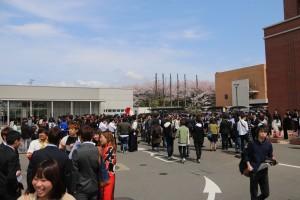 体育館前で新入生を待つ先輩たち