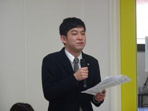 挨拶する下関市立大学附属地域共創センター 松本貴文アーカイブ部門長