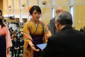 学長より学位記を授与される藤野夏子さん