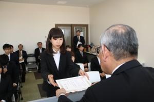学長から表彰状を受け取る特待生