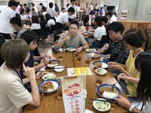 昼ごはんを食べながら他大学の学生と交流