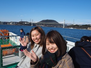 船の上からみる関門橋