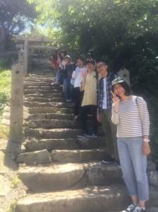 神社の階段にて