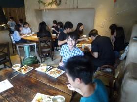 原っぱカフェ「いいね!食堂」で昼食中