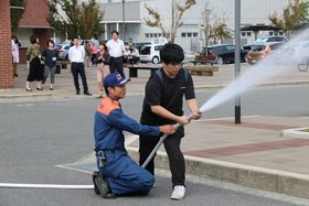 屋内消火栓を用いた放水訓練