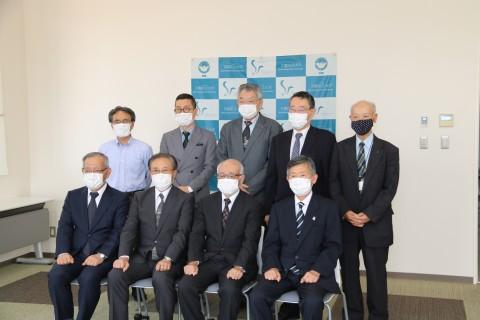 下関市立大学同窓会の皆様と大学関係者との集合写真