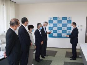 村尾寛会長から山村重彰理事長に目録が贈呈されました